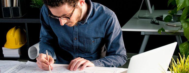 Tecnico en su despacho realizando un proyecto de legalizacion