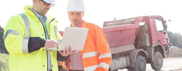 Dos técnicos hablan sobre el plan de gestion de residuos de una obra